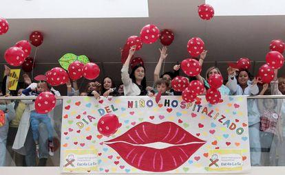 La Consellera de Sanidad, Carmen Montón, asiste al lanzamiento de globos y besos por el Dia Internacional del Niño Hospitalizado en el hospital La Fe de Valencia.