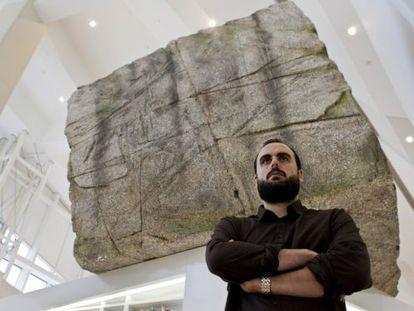 Jorge Perianes, delante de una pieza expuesta en la Cidade da Cultura.