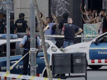 Despliegue policial en el lugar del atentado ocurrido el pasado agosto en las Ramblas de Barcelona.