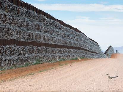 Fotografía 'Bloqueado' tomada el 28 de abril de 2019 a unos pasos de la línea fronteriza entre Estados Unidos y México, en el condado de Naco, Arizona.