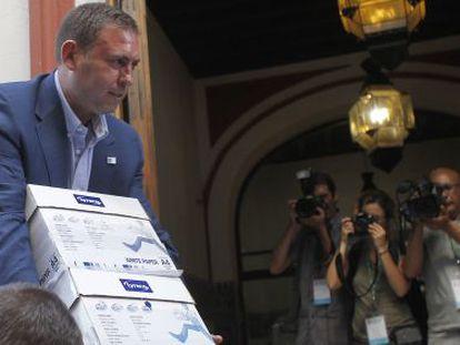 El alcalde de Jun llega a la sede del PSOE para entregar los avales.