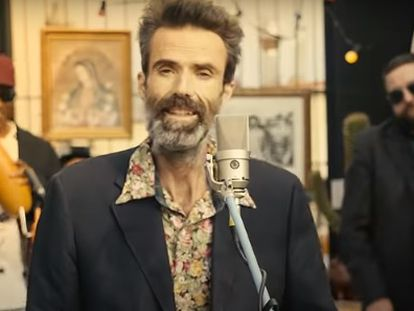 Pau Donés, en el videoclip 'Eso que tú me das', de Jarabe de Palo