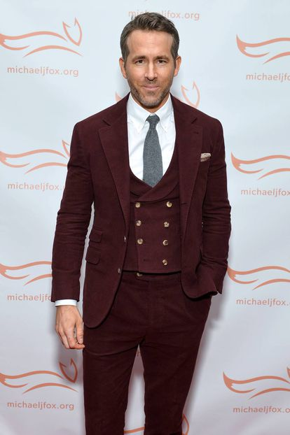 Ryan Reynolds eligió un traje de terciopelo granate para acudir a la gala benéfica de la fundación de The Michael J. Fox.