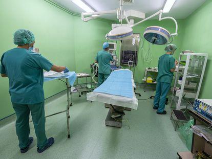 Personal sanitario prepara uno de los quirófanos de la Clínica Isadora, en Madrid, el 24 de septiembre de 2021.