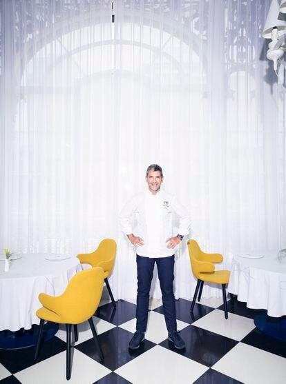 El chef, en la sala del mismo local, que tiene dos estrellas Michelin.