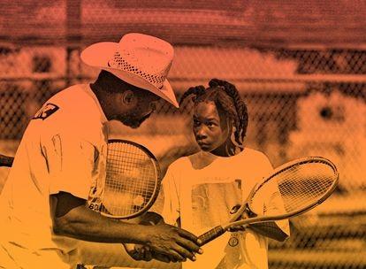 Una joven Serena Williams atiende a las instrucciones de su padre.