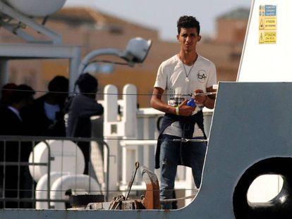 Un migrante llega a Trapani en un barco de la Guardia Costera este jueves.