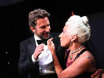 Lady Gaga talking y Bradley en el Dolby Theatre.