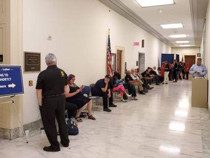 Varias personas, entre ellos, 'guardacolas' profesionales, aguardan en fila para una audiencia del Comité de Formación y Empleo en el Congreso de Estados Unidos, una mañana de junio.