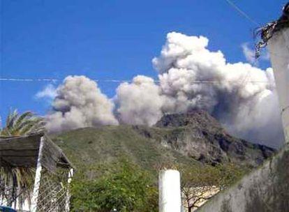 El volcán Stromboli ha comenzado a expulsar lava, por lo que la población ha sido invitada a alejarse de la costa.