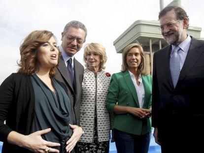 Soraya Sáenz de Santamaría, antes de dar a luz, junto a Alberto Ruiz Gallardón, Esperanza Aguirre, Ana Mato y Mariano Rajoy.-