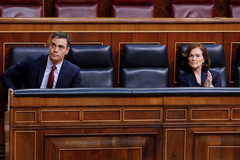 Pedro Sánchez y Carmen Calvo, durante la sesión de control de este miércoles.