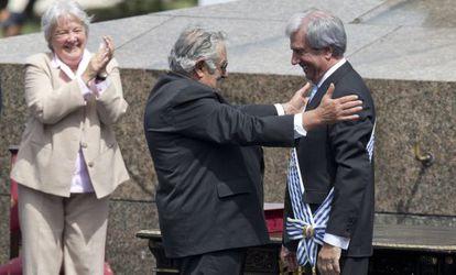 Mujica, con su esposa detrás, abraza a Vázquez.