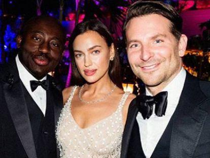 Irina Shayk y Bradley Cooper, junto al editor de la publicación británica de 'Vogue', Edward Enninfuld.