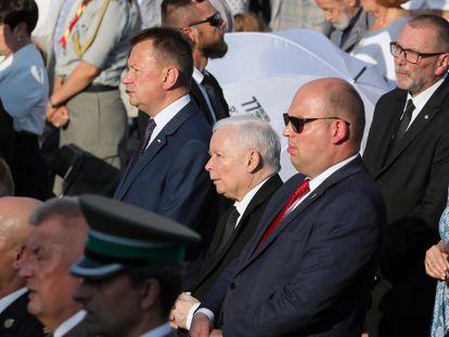 Jaroslaw Kaczynski (centro), líder del partido en el Gobierno polaco, el ultraconservador PIS, el pasado julio.