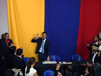 Juan Guaidó jura como presidente de la Asamblea venezolana en las oficinas del diario El Nacional.