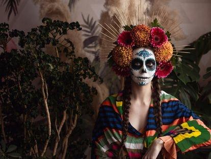 Una mujer, con maquillaje inspirado en el Día de Muertos.