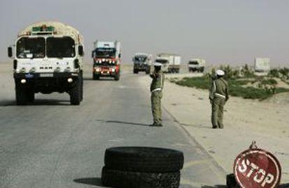 El convoy de la ONG Barcelona Acció Solidària reanuda su ruta el 2 de diciembre de 2009 hacia Senegal, escoltado por el Ejército mauritano