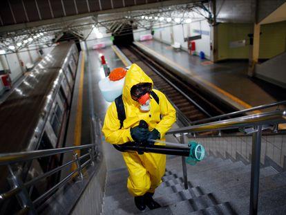 Tareas de desinfección en la red de metro de Brasilia este martes.