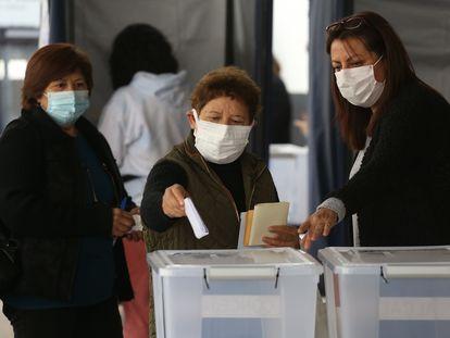 Varias mujeres acuden a un puesto de votación el pasado 15 de mayo, en Santiago (Chile).