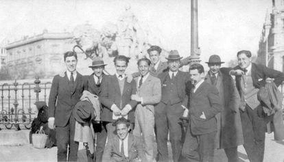 Jóvenes de la Residencia, entre ellos García Lorca y Buñuel, en Cibeles (1921). Domínguez tomó la foto.