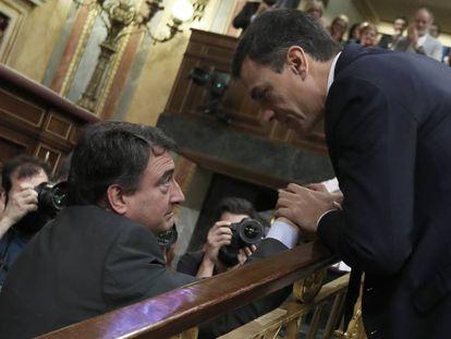 Pedro Sánchez, nuevo presidente del Gobierno, saluda a Aitor Esteban, portavoz del PNV.