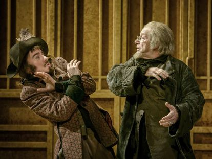 Joan Pera reprende a uno de sus criados, interpretado por Oscar Castellvi.