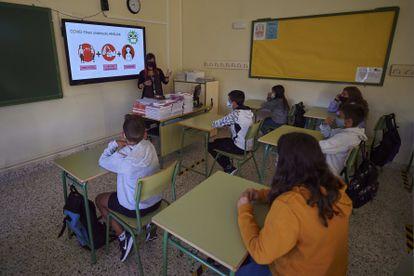 Una profesora en un aula del IES Askatasuna de Pamplona.