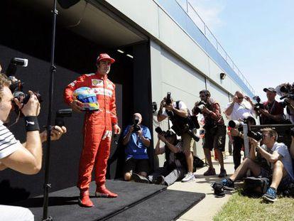 Alonso posa para los fotógrafos en el circuito de Albert Park en Melbourne