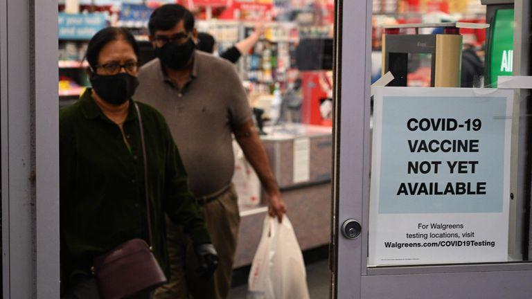Un letrero en una farmacia de Burbank (EE UU) advierte de que todavía no hay vacunas contra la covid disponibles.