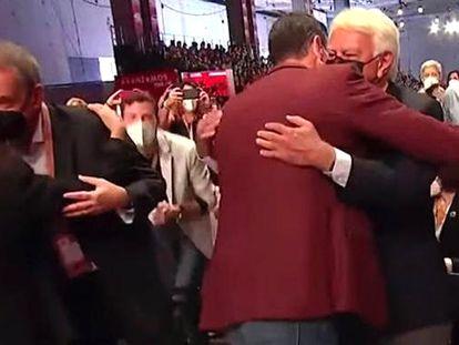 Sánchez y González se abrazan en presencia de Zapatero.