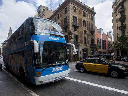 """El """"Tramabús"""" de Podemos a su paso por Barcelona."""