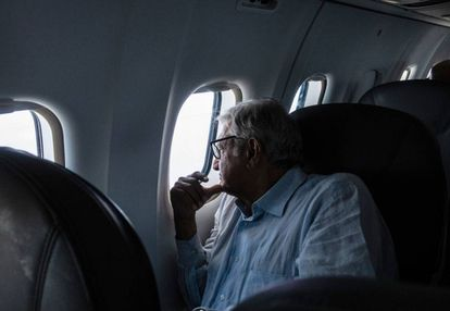 López Obrador en un vuelo durante su última campaña.