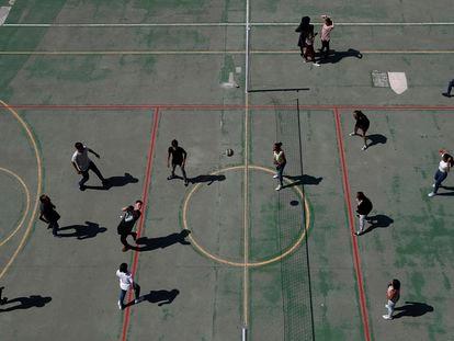 Varios alumnos juegan al voléibol en clase de educación física en el colegio Padre Piquer, en 2017.