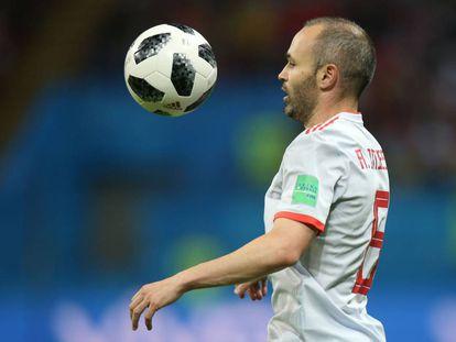 Iniesta controla el balón durante el partido contra Irán.