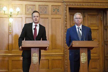 El ministro húngaro de Exteriores Peter Szijjarto, a la derecha, junto al responsable de Justicia Laszlo Trocsanyi, reaccionando a la sentencia del Tribunal Europeo de Justicia el pasado miércoles.