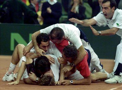 Los jugadores españoles se abalanzan sobre Ferrero tras el punto definitivo. / REUTERS