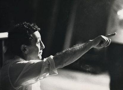 Antonio Llopis, en los años noventa dirigiendo 'Historia de un soldado'.