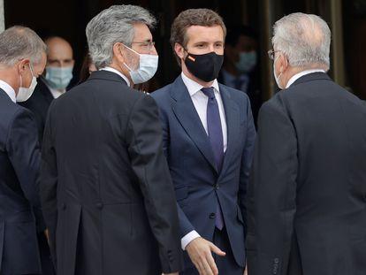 El líder del PP, Pablo Casado (segundo por la derecha), junto con el presidente del Tribunal Supremo y del Consejo General del Poder Judicial, Carlos Lesmes (tercero por la derecha).