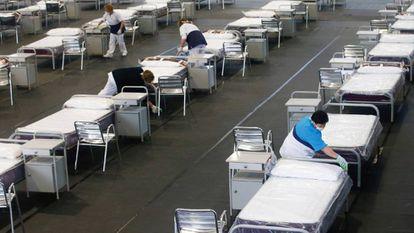 Empleadas municipales limpian el hospital de campaña en Sant Andreu de la Barca.