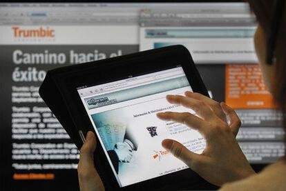 Una persona mira en un iPad la página web de Saberlotodo.