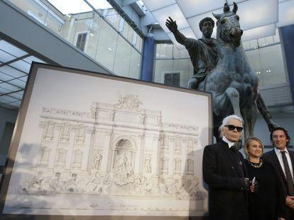 El diseñador de Fendi, Karl Lagerfeld, con Silvia Venturini Fendi y el director ejecutivo de la firma, Pietro Beccari, ante un boceto de la Fontana di Trevi.