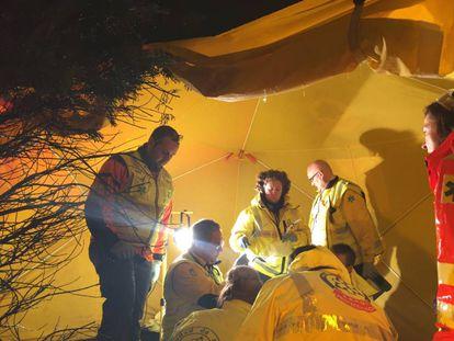 Personal de Emergencias Madrid prestan asistencia en el lugar del atropello.