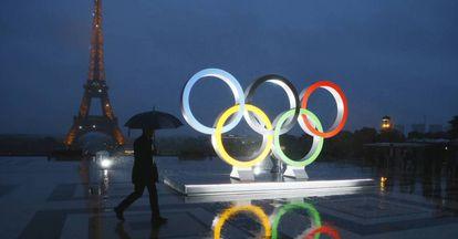 La escultura de los anillos de los Juegos Olímpicos de 2024.