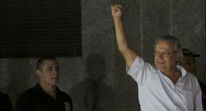 Jose Dirceu después de entregarse para cumplir sentencia.