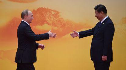 Putin saluda a XI a su llegada a la cumbre de la APEC.