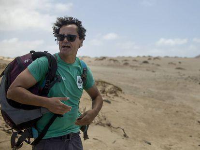 El biólogo Alexis Rivera, en la playa del Ámbar en La Graciosa (islas Canarias).