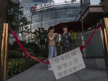 Varias personas ante el Centro Evergrande en Shanghái este martes