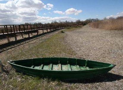 Una barca en el lecho seco de lo que deberían ser las lagunas de las Tablas de Daimiel.