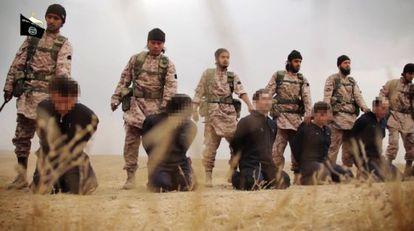 Un grupo de yihadistas extranjeros del Estado Islámico junto a varios rehenes antes de decapitarles, en noviembre de 2014.